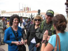 sharon-gurwitz-barbara-smith-and-others-with-a-cute-policeman-in-tunja-colombia
